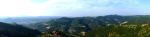 Impression Romanteil 2012, Seite 182 Federica hat die Aussichtsplattform des Torre Vengore betreten. Ihr Ausblick gen Südwestenreicht über den südlichen Piemont bis hin zum Apennin.